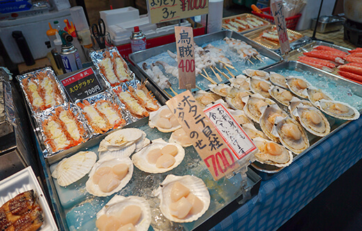Kuromon Market Walking Street Food Tour in Osaka